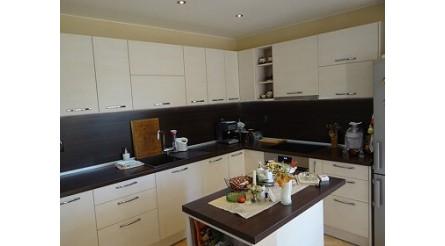 Кухня в светли мотиви и тъмен дървесен плот