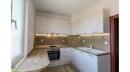 Кухня в дървесна гама